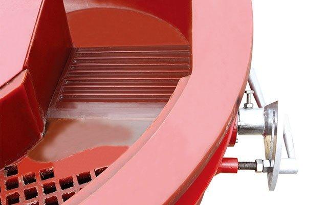 vibratory finishing machine with separator handle
